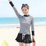 [พร้อมส่ง]BKN-2023 ชุดว่ายน้ำแขนยาว + กางเกงกระโปรง เซ็ต 2 ชิ้น เสื้อลายขวางขาวดำ